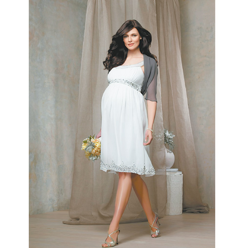 Специальное платье необязательно, вполне подойдет готовое свадебное платье чуть большего размера