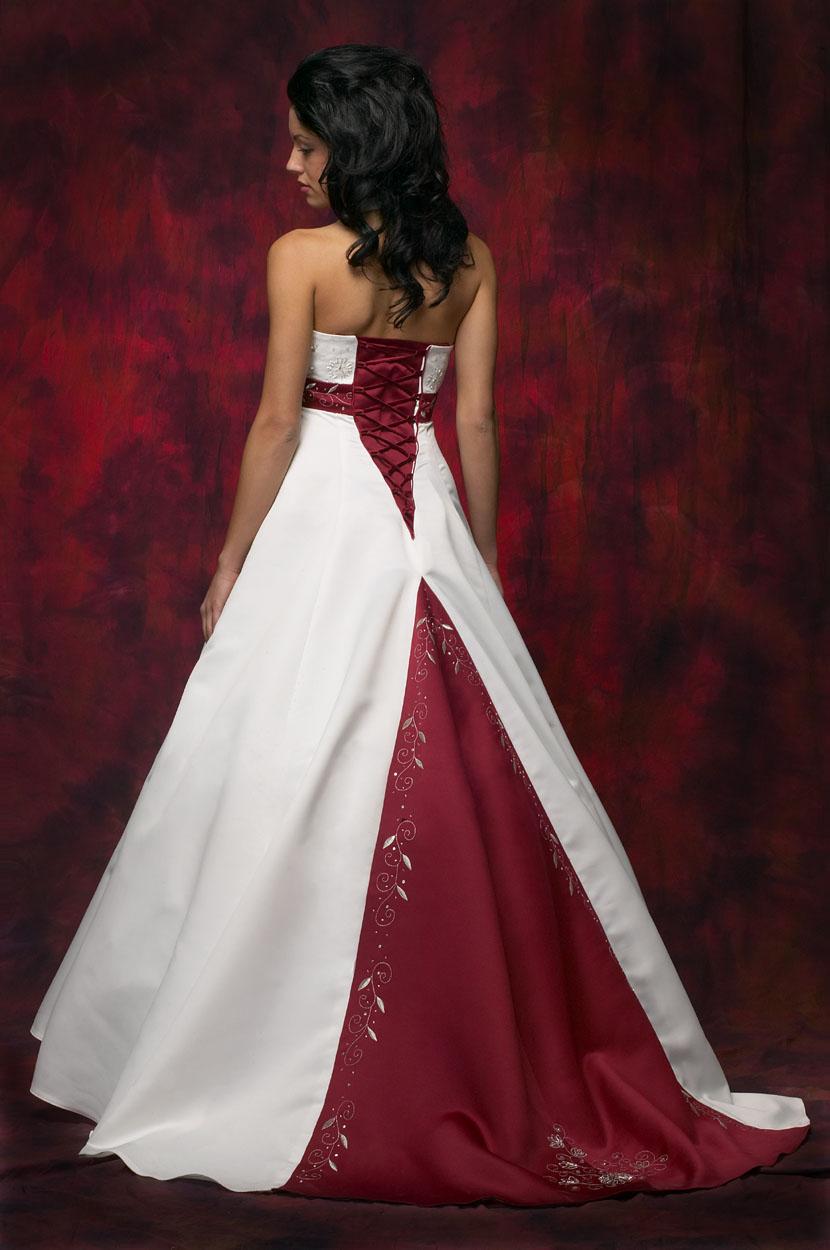 Потому лучше выбрать белое свадебное платье с красными элементами: поясом, вставкой на шлейфе, вышивкой