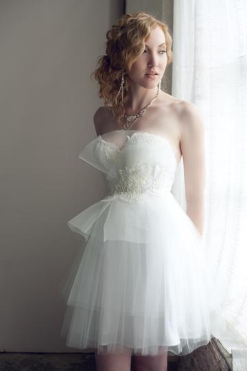 Короткие свадебные платья пастельных оттенков очень популярны в этом сезоне, ведь многим уже надоел чисто белый, если вы из таких невест, присмотритесь к
