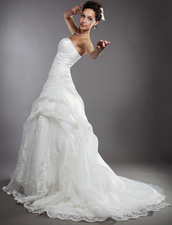 Свадебные платья с пышной юбкой и заниженной талией представлены в 2011 сразу в нескольких коллекциях Ily Bridal предлагает невестам платье с шикарной юбкой