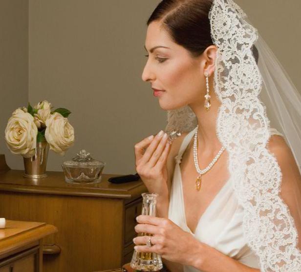 Malis-Henderson были основаны в 1941 году Даниэлом Хендерсоном с целью создать высококачественные головные уборы для невесты и фаты класса люкс